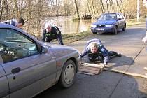ČTYŘKOLŠTÍ hasiči se vzhledem k poloze obce s 513 obyvateli na pravém sázavském břehu potkávají s důsledky záplav a povodní častěji, než jiné sbory. Snímek je ze 4. dubna 2006.