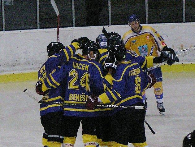Hokejisté Benešova se radovali ze vstřeleného gólu čtyřikrát, přesto to na výhru s Kláštercem nad Ohří nestačilo.