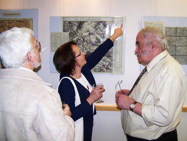 Kartografické zajímavosti osvětlil autor výstavy Bohuslav Veverka (vpravo)