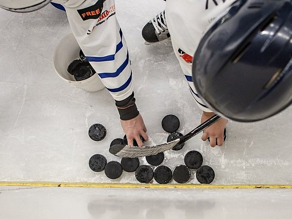 Sudí ukončil předčasně hokejový zápas e7b7f665bc