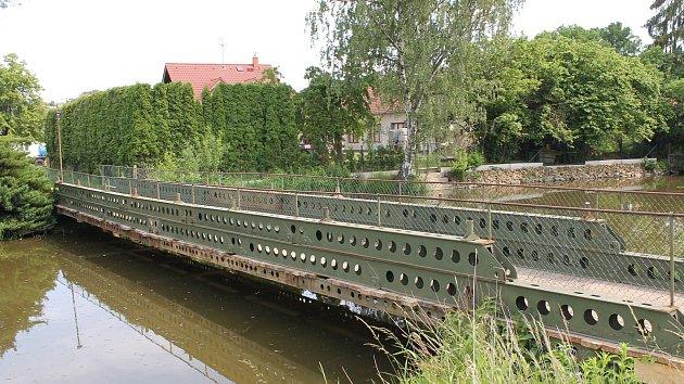 Už rok a půl se obyvatelé Bystřice dostávají na druhý břeh Konopišťského potoka po provizorní lávce. Potrvá do tak až do 30. srpna, kdy chce v Bystřici Středočeský kraj otevřít nový silniční most.