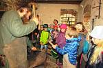 Děti navštívily kováře, přadlenu i keramickou dílnu.