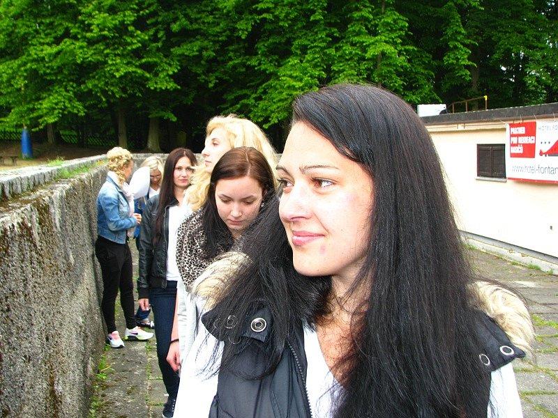 Druhá Vicemiss hasička Středočeského kraje 2015 Tereza Lhotková – poslední zkouška před finále v amfiteátru v konopišťského parku v sobotu 23. května.