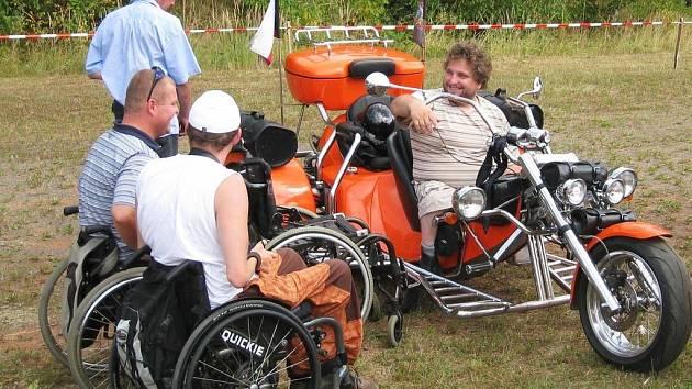 """Akci s heslem """"Nechceme další křížky u silnic"""" navštívilo mnoho lidí, ať již zvědavých na silné stroje nebo z důvodu podpory postiženým pacientům"""