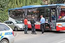 Nehoda autobusu a osobního auta se stala na křižovatce Máchovy a Hodějovského ulice v Benešově v pondělí 30. srpna před 11 hodinou.