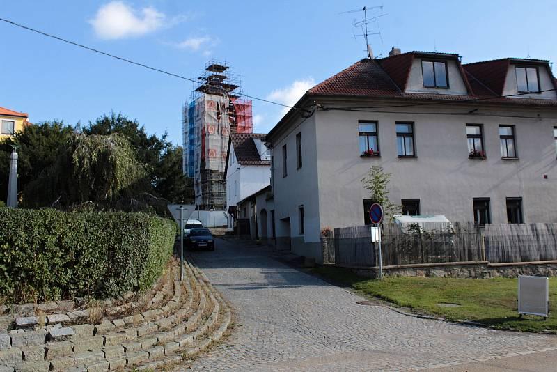 Oprava věže kostela Všech svatých v Olbramovicích 30. září 2021.