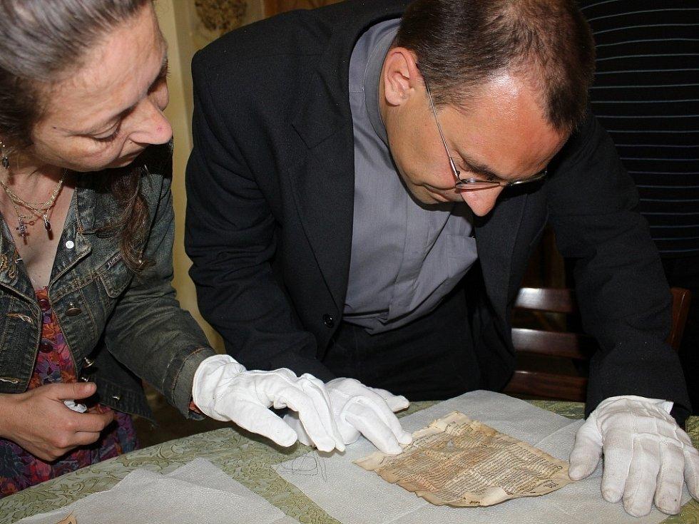 Odhalování pokladu uloženého ve schránce makovice kostela v Sázavě.