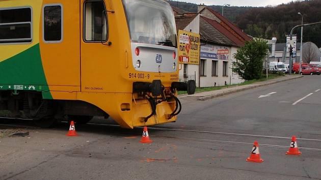 Muž srážku s vlakem přežil.