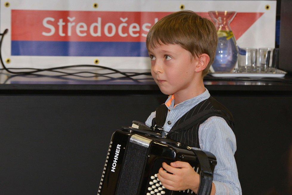 Ze slavnostního zahájení výstavy spolku Přátelé Zahrádky v informačním centru Vodní dům v Hulicích.