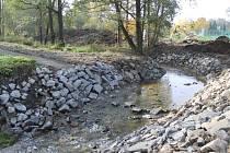Regulované koryto Benešovského potoka, který protéká budoucím lesoparkem Sladovka.