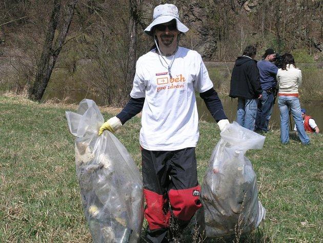 Dobrovolníci ze Sázavy vylovili velké množství odpadu. Kalňáci jím naplnili několik desítek pytlů