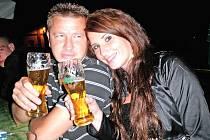 Alice Rádrová se při návštěvě třeboňského pivovaru, který v soutěži Miss zlatého moku zastupuje, setkala se zpěvákem české punkové kapely E!E Bořkem Řehořem. Pivo mají oba rádi.