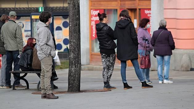 Fronta na Městský úřad na Masarykově náměstí v Benešově.