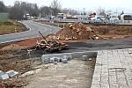 Stavba kruhové křižovatky U Topolu v Benešově, kde je doprava řízena semafory.