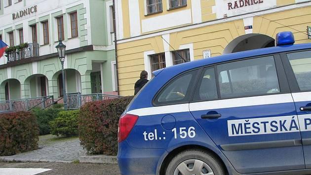 Komunální volby sobota 16. října - votičtí městští strážníci obráželi volební místnosti ve městě.