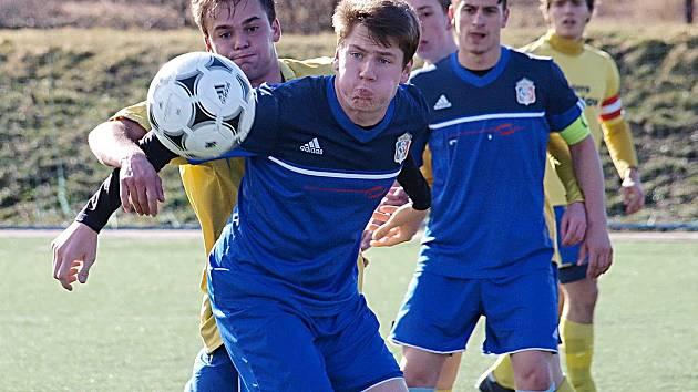 Benešovský Michal Rezek (ve žlutém) je nalepený na bývalém spoluhráči Petru Eliášovi.
