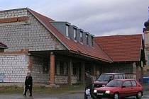 Stav rozestavěného neveklovského nákupního střediska v lednu 2009.
