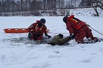 Záchrana topící se osoby na rybníku Valcha.