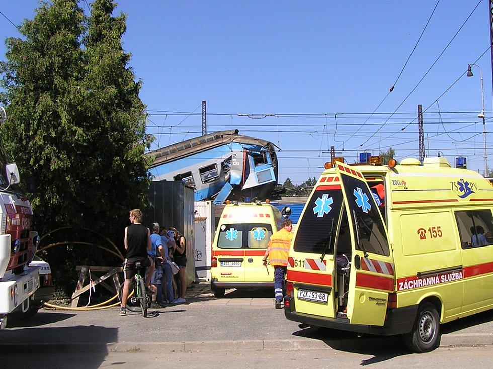 K nehodě přijíždí další vůz záchranné služby