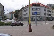 Neznámý řidič černé fábie Lidickou ulicí ke kruhovému objezdu před radnicí nedojel, ale odbočil do Havlíčkovy ulice a zmizel.