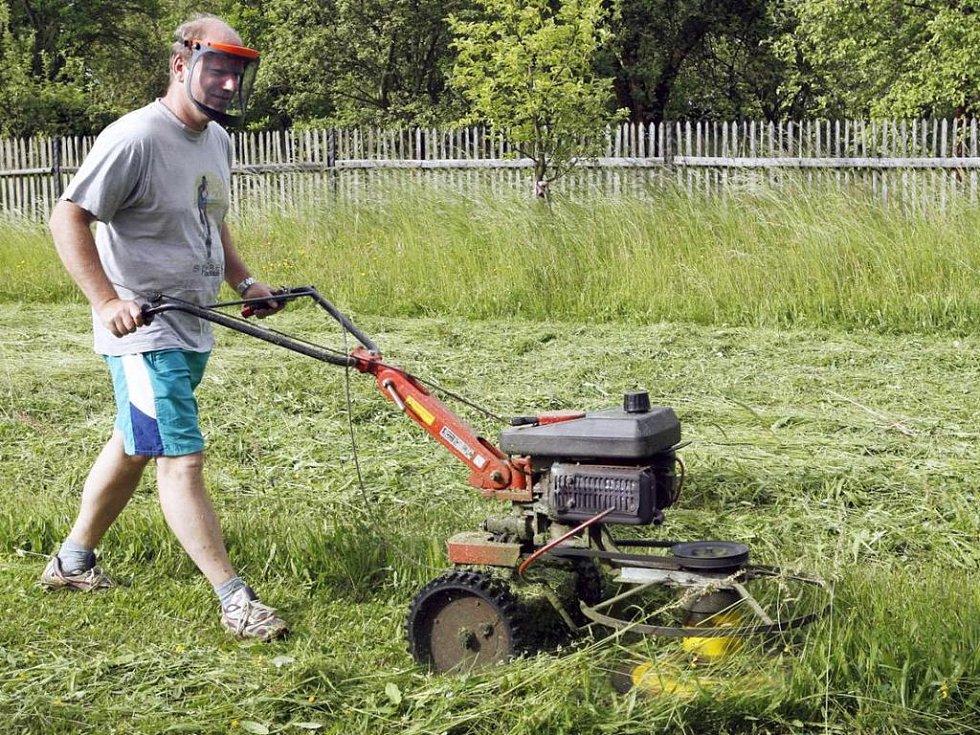 Ilustrační foto: Sekat trávu v neděli? Časem možná ne