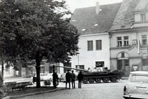 Tank před radnicí v Benešově.