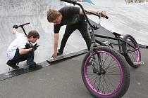Jezdci si ve všebořickém skateparku stěžují na rozbité překážky. Za třicetikorunové vstupné je podle nich možné park spravovat lépe.