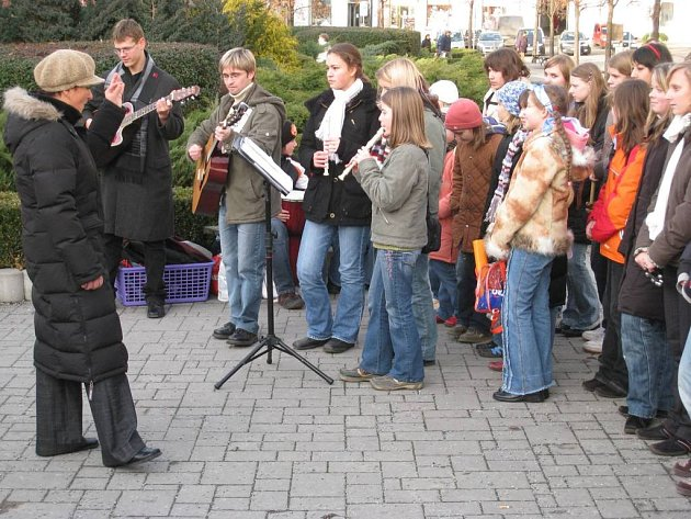 Školáci zpívali na náměstí v Benešově
