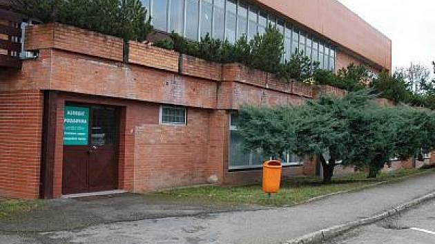 Přestože bývalá posilovna na zimním stadionu už více než půl roku leží ladem, cedule na dveřích stále visí.