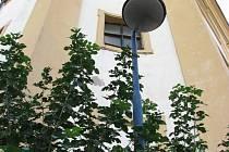 Místo nevzhledné lampy by sv. Floriána ve výklenku mělo osvětlovat jiné těleso.
