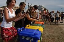Jak správně třídit odpad se návštěvníci Sázava festu dozvěděli nejen na Zeleném bodě, stánku, který při přehlídce otevřela společnost Eko –  kom, ale radili a upozorňovali na nutnost třídění a recyklace také tito čtyři bubeníci.