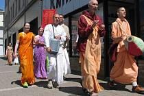 Téměř každý pátek prochází průvod členů Hnutí Haré Krišna Benešovem za doprovodu zpěvu. Podle Líly–PurošottamyDáse se jedná o obdobu křesťanského kázání