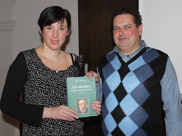 Jana Špačková při křtu své poslední knihy se starostou Votic Jiřím slavíkem.