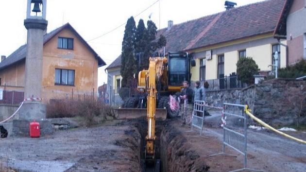 Dokončování kanalizace, kterou zhotovitelská firma na konci loňska opustila i kvůli nepříznivému počasí, začalo