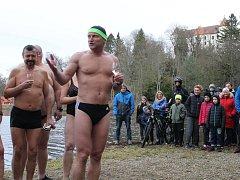 Nový rok přivítali otužilci a jejich příznivci u Konopišťského rybníka.