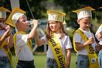 I přes tropická horka měli předškoláci s programem úspěch a všichni si slavnost užili.