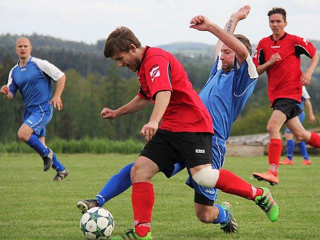 Soběhrdský Luboš Kopecký (v modrém) se snaží zastavit průnik pravonínského ještě dorostence Jana Víta. Zápas nakonec vyhráli domácí 3:0, kteří si upevnili druhé místo.