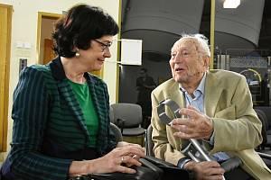 Ze setkání stoletého astronoma Luboše Pereka a předsedkyně Akademie věd ČR Evy Zažímalové na observatoři v Ondřejově.