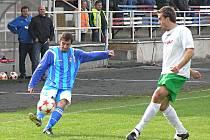 Votický Marián Viskup (u míče) centruje v zápase s Českým Krumlovem.