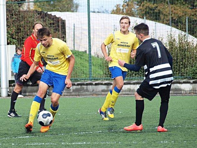 Jakub Melichar (u míče) dodal v závěru zápasu dvěma góly klid do benešovských řad.