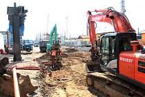 Výstavba dopravního terminálu a parkovacího domu v Nádražní ulici v Benešově ve čtvrtek 26. března 2020.