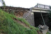 Rozvalená opěrná zeď mostku hlavní silnice I/3 Praha -Tábor přes benešovskou Erbenovu ulici.