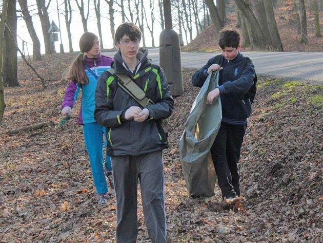 Školáci ze ZŠ Dukelská nepořádek kolem cest u Konopiště uklízeli s předstihem už v březnu.