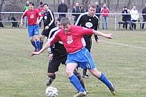 Střídající útočník Nespek Petr Dixa (v červeném) si kryje míč před černolickým Michalem Kalábem.