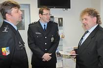 Oceněný řidič František Hrma si ocenění převzal v sídle benešovské policie.