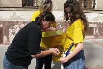 Studentky benešovského gymnázia nabízely lidem v ulicích Benešova žluté kytičky, jako symbol boje proti rakovině.