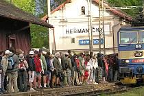 Stanici Heřmaničky, kterou znají desetitisíce účastníků pochodu Praha - Prčice, za několik let nahradí zastávka.