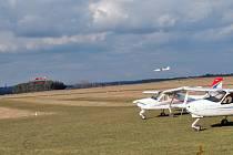 Zpevnění ranveje a GPS na věži ano, noční osvětlení a větší letadla na letišti Nesvačily nechtějí.