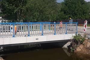 Po sázavském mostě Na Kácku již mohou chodit pěší i jezdit silniční doprava.