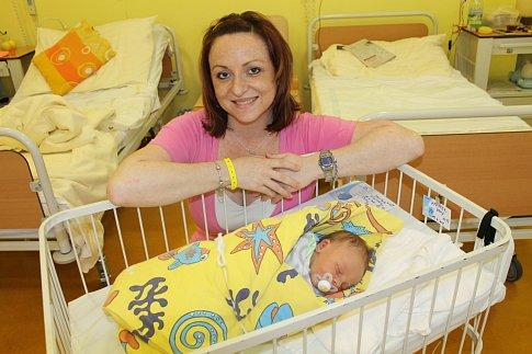 První narozené mimčo v nových porodních boxech v benešovské porodnici je David Pfeffer, který těší své rodiče Janu a Petra Pfefferovi z Přestavlk od 13. dubna. Davídek při narození ve 22.53 měl 2 920 gramů a 47 centimetrů. Doma bratra přivítal Daniel (7).